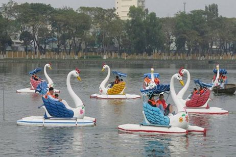 Peddle Boat the West Lake like a … swan?