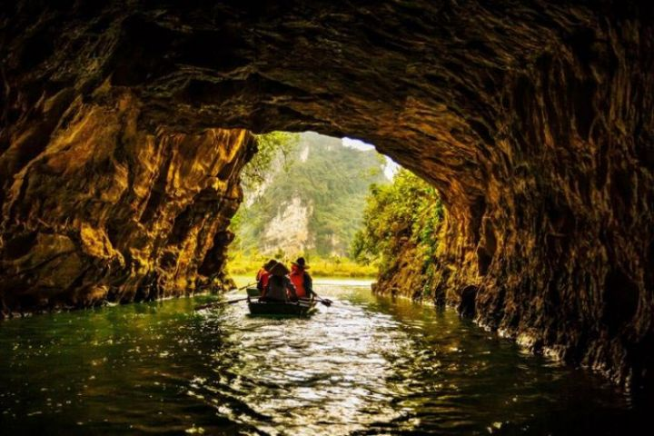 Hoa Lu - Mua Cave - Tam Coc Day Trip (Deluxe Transportation)
