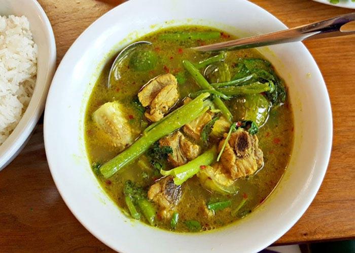Samlar machu (Cambodian sour soup)