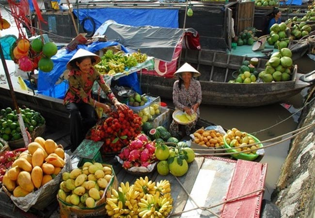 Trading activities on Cai Rang floating market